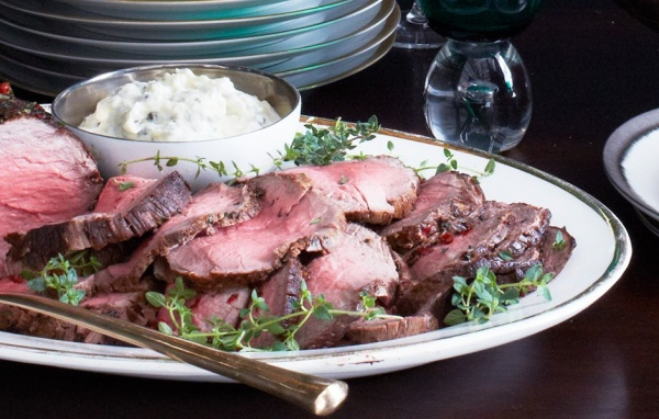 roast-beef-tenderloin-with-horseradish-cream-940x600
